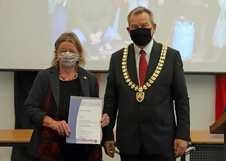 Oberbürgermeister Dr. Thomas Spies hat Christina Hey mit der Goldenen Ehrennadel der Universitätsstadt Marburg ausgezeichnet.©Thomas Steinforth, Stadt Marburg