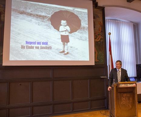 """Oberbürgermeister Dr. Thomas Spies hat die Ausstellung """"Vergesst ihre Namen nicht - Die Kinder von Auschwitz"""", im Marburger Rathaus eröffnet. Sie ist bis zum 16. März zu sehen.©Stadt Marburg, Patricia Grähling"""