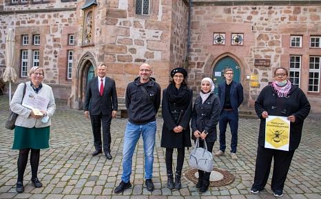 """Oberbürgermeister Dr. Thomas Spies (hinten, v. l.) und Heinrich Grebe (Fachdienst Altenplanung) freuen sich über die Initiative zu den """"Stadt(teil)hummeln"""" von AKSB und IKJG mit Luitgard Lemmer (vorne, v. l.), Michael Seibert, Anna-Elisabeth Kröning, Hiam©Patricia Grähling, Stadt Marburg"""