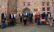 Oberbürgermeister Dr. Thomas Spies (hintere Reihe Mitte), Bürgermeister Wieland Stötzel (hinten 3.v.l.), Stadträtin Kirsten Dinnebier (3.v.r.) und Personalratschef Steffen Kloske (hinten, 2.v.r.) beglückwünschten die Geehrten.