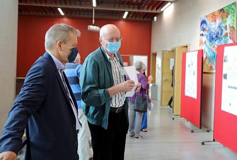 Oberbürgermeister Dr. Thomas Spies im Gespräch mit einem Teilnehmer der Perspektivenwerkstatt im Erwin-Piscator-Haus.©Thomas Steinforth, Stadt Marburg