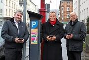 Oberbürgermeister Dr. Thomas Spies (Mitte), Bürgermeister Wieland Stötzel (links) und Holger Armbrüster, Geschäftsführer Stadtwerke Marburg, freuen sich, den Autofahrer*innen in Marburg mit dem Handyparken einen neuen Service anzubieten. Wie es funktionie