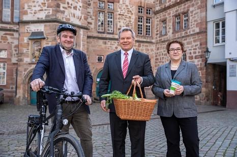 Oberbürgermeister Dr. Thomas Spies (Mitte), Bürgermeister Wieland Stötzel und Stadträtin Kirsten Dinnebier freuen sich über die neue Broschüre, in der die ganze Vielfalt der nachhaltigen Projekte in Marburg aufgeführt sind.©Patricia Grähling, Stadt Marburg
