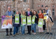 Oberbürgermeister Dr. Thomas Spies (mitte) stellt zusammen mit den Beteiligten der Stadt, des Ausländerbeirats, Kulturvereine und KFZ das Programm für den Tag der kulturellen Vielfalt am Tag der Deutschen Einheit vor.