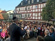 Oberbürgermeister Dr. Thomas Spies sprach vor rund 2000 Menschen.©Birgit Heimrich, Stadt Marburg