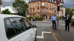 Oberbürgermeister Dr. Thomas Spies und Michael Hagenbring (Straßenverkehrsbehörde) zeigen den neuen Grünpfeil an einer Ampel am Wilhelmsplatz.
