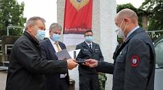 Oberbürgermeister Dr. Thomas Spies (v. l.) und Bürgermeister Wieland Stötzel ehrten gemeinsam mit Marc Prause, Sprecher der ehrenamtlichen Feuerwehrkräfte, die Männer und Frauen der Marburger Feuerwehren.