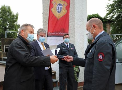 Oberbürgermeister Dr. Thomas Spies (v. l.) und Bürgermeister Wieland Stötzel ehrten gemeinsam mit Marc Prause, Sprecher der ehrenamtlichen Feuerwehrkräfte, die Männer und Frauen der Marburger Feuerwehren.©Stefanie Ingwersen, Stadt Marburg