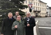 Oberbürgermeister Dr. Thomas Spies (v. l.) wirbt zusammen mit Michael Hagenbring (Straßenverkehrsbehörde) sowie Thorsten Büchner und Claus Duncker (Blista) dafür, insbesondere auf Menschen mit Behinderung Rücksicht zu nehmen und Fußgängerüberwege bei Rück