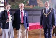Oberbürgermeister Dr. Thomas Spies (v.r.) überreichte Ulrich Stiehl das Bundesverdienstkreuz am Bande. Mit ihm freute sich Ehefrau Cordula von Brandis-Stiehl.
