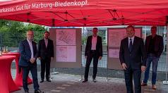 Oberbürgermeister Dr. Thomas Spies (vorne links) stellt gemeinsam mit den Vorständen der Sparkasse Harald Schick (8v.r.), Jochen Schönleber und Andreas Bartsch sowie mit Stadtplaner Reinhold Kulle vor, wie die Stadt und die Sparkasse Marburg-Biedenkopf mi