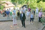 """Oberbürgermeister Dr. Thomas Spies (vorne Mitte) kam auf einem Spaziergang durch die Stadtteilgemeinde Badestube am Richtsberg mit Bürger*innen ins Gespräch. Dass die Veranstaltung als Teil der Reihe """"3000 Schritte mit dem Oberbürgermeister"""" in der Badest"""