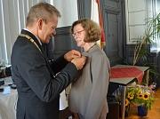 Oberbürgermeister Dr. Thomas Spies zeichnet Christa Winter mit der Goldenen Ehrennadel der Stadt aus