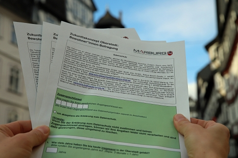 Diese Fragebögen sind nun an alle Bewohner*innen der Oberstadt verschickt worden.©Thomas Steinforth, Stadt Marburg