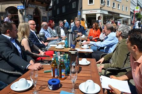 Oberbürgermeister Dr. Thomas Spies (7. von links) und Bürgermeister Wieland Stötzel (6. von links) informierten zusammen mit Vertreter/innen von Stadt, Stadtmarketing, Ortsbeirat, Geschäften und Unternehmen über Ideen für eine Belebung des Oberstadtmarkte©Stadt Marburg, Patricia Grähling