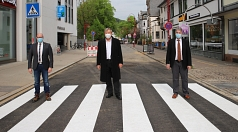 Oberbürgermeister Dr. Thomas Spies (Mitte), Bürgermeister Wieland Stötzel (r.) und Dr. Bernhard Müller (l.), Geschäftsführer der Stadtwerke Marburg, eröffnen den Kreuzungsbereich in der Gutenbergstraße für den motorisierten Verkehr.