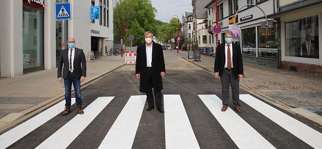 Oberbürgermeister Dr. Thomas Spies (Mitte), Bürgermeister Wieland Stötzel (r.) und Dr. Bernhard Müller (l.), Geschäftsführer der Stadtwerke Marburg, eröffnen den Kreuzungsbereich in der Gutenbergstraße für den motorisierten Verkehr.©Stefanie Ingwersen, Stadt Marburg