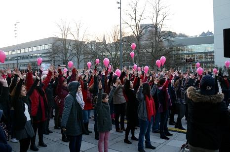 """Rund 200 Marburgerinnen und Marburger tanzten am Dienstag bei """"One Billion Rising"""" vor dem Erwin-Piscator-Haus.©Nadja Schwarzwäller i. A. der Stadt Marburg"""