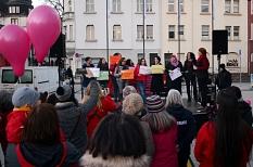 """Mit dabei waren rund 200 Menschen, darunter die Städtegruppe von """"Terre des Femmes"""" und Vertreterinnen des Ausländerbeirats.©Nadja Schwarzwäller i. A. der Stadt Marburg"""
