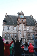 """Rund 150 Frauen und Männer tanzten auf dem Marburger Marktplatz bei der weltweiten Aktion """"One Billion Rising"""". Sie setzten damit ein Zeichen für Gleichberechtigung und gegen Gewalt an Frauen."""