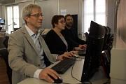Stadträtin Kirsten Dinnebier ließ sich von Bibliotheksleiter Jürgen Hölzer (links) und Systemadministrator Dr. Árpád Horváth die neue Bibliothekssoftware zeigen.
