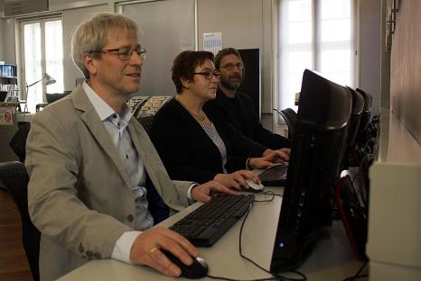 Stadträtin Kirsten Dinnebier ließ sich von Bibliotheksleiter Jürgen Hölzer (links) und Systemadministrator Dr. Árpád Horváth die neue Bibliothekssoftware zeigen.©Stefanie Profus, i. A. d. Stadt Marburg