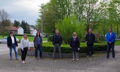 Das Bild zeigt den 2021 gewählten Ortsbeirat vor dem Bürgerhaus in Elnhausen.