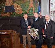 Oberbürgermeister Dr. Thomas Spies (l.) übergab dem neuen Ortsvorsteher von Bortshausen, Jochen Rauch (Mitte), im Beisein von Stadtverordnetenvorsteher Heinrich Löwer die Ernennungsurkunde zum Ehrenbeamten.
