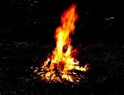 Feuerstätte mit lodernden Flammen in der Dunkelheit