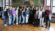 Stadträtin Kirsten Dinnebier (vorne rechts) empfing die tschechischen Sprachstipendiat*innen im Historischen Saal des Rathauses.
