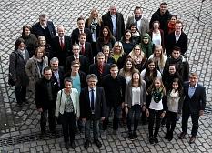 Landrätin Kirsten Fründt und Bürgermeister Dr. Franz Kahle (vorne links) dankten allen Beteiligten des erfolgreichen Peer-Group-Projekts und verteilten Zertifikate an die Auszubildenden.©Universitätsstadt Marburg