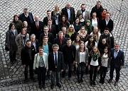 Landrätin Kirsten Fründt und Bürgermeister Dr. Franz Kahle (vorne links) dankten allen Beteiligten des erfolgreichen Peer-Group-Projekts und verteilten Zertifikate an die Auszubildenden.