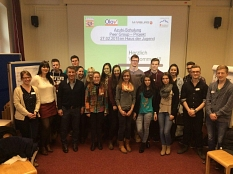 ein Gruppenfoto mit zahlreichen Auszubildenden, die für ihre Tätigkeit als Peers geschult wurden©Universitätsstadt Marburg