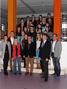 Alle Beteiligten auf einer Treppe versammelt für ein Gruppenbild, ganz links Landrätin Kirsten Pfründt, vorne 2. von rechts Bürgermeister Dr. Franz Kahle, in der Mitte Matthias Gnau und ganz rechts Armin Plewa-Moormann.©Universitätsstadt Marburg