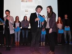Landrätin Kirsten Fründt (ganz links) und Marburgs Bürgermeister Dr. Franz Kahle (Mitte) dankten am 1. Dezember 2015 in Stadtallendorf den Auzubildenden für ihr ehrenamtliches Engagement und überreichten ihnen Zertifikate über die Mitwirkung im Peer Group©Universitätsstadt Marburg