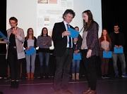 Landrätin Kirsten Fründt (ganz links) und Marburgs Bürgermeister Dr. Franz Kahle (Mitte) dankten am 1. Dezember 2015 in Stadtallendorf den Auzubildenden für ihr ehrenamtliches Engagement und überreichten ihnen Zertifikate über die Mitwirkung im Peer Group