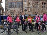 Wie wichtig Früherkennung von Brustkrebs, aber auch die allgemeine körperliche Fitness ist, darauf wiesen Radlerinnen und Radler gemeinsam mit Oberbürgermeister Dr. Thomas Spies (Mitte) in Marburg hin.