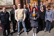 Zusammen mit dem Siegerteam im Eisstockschießen samt Wanderpokal und den am Eispalast Beteiligten zogen Stadträtin Dr. Kerstin Weinbach (Vierte von links) und Bürgermeister Dr. Franz Kahle (hinten rechts) eine ausgesprochen positive Bilanz.