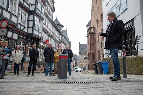 Bürgermeister Wieland Stötzel (r.) nimmt den neuen Poller am Obermarkt in Betrieb.©Patricia Grähling, Stadt Marburg
