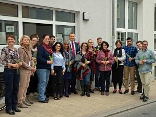Oberbürgermeister Dr. Thomas Spies (Mitte, mit roter Blume) hat das Portal Mauerstraße gemeinsam mit haupt- und ehrenamtlichen der Geflüchtetenhilfe und der Kommunalpolitik eingeweiht.©Stadt Marburg, Philipp Höhn