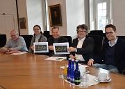 Das Bildungsbauprogramm (BiBaP) wird in fünf Jahren verlässlich und planbar in Marburgs Schulen investieren. Darüber freuten sich (von links): der stellvertretende Fachdienstleiter der Schulverwaltung Hans Jürgen Etzelmüller, Stadträtin und Schuldezernent
