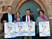 Den eigenen Impfschutz im Pass zu kontrollieren und gegebenenfalls auffrischen zu lassen, dazu riefen am Mittwoch gemeinsam auf (v. l.): Dr. Hartmut Hesse, Vorsitzender der Ärztegenossenschaft PriMa, Andrea Schroer vom Gesundheitsamt des Landkreises, Ober