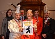 Prinzenpaar René I. und Birgit I. (vorne) freuen sich zusammen mit (von links) Stadträtin Dr. Kerstin Weinbach, Oberbürgermeister Dr. Thomas Spies, Maik Merkel (Hofstaat Page) und Markus Braun (Präsident Festausschuss Marburger Karneval) über die Einladun