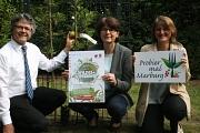Bürgermeister Dr. Franz Kahle (Mitte), die Fachdienstleiterin Stadtgrün, Klima- und Naturschutz, Marion Kühn (links) und Silvia Vignoli vom Fachdienst Stadtgrün, Klima- und Naturschutz präsentierten die frisch gepflanzte Erdbeer-Kaskade im Northamptonpark