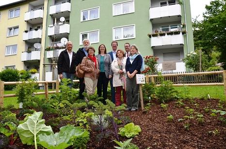 """""""Probier mal Marburg"""" heißt es nun auch dank eines Pilotprojektes von DBM und GeWoBau auch am Richtsberg. Stadträtin und DBM-Dezernentin Dr. Kerstin Weinbach (Mitte) stellte das Projekt  mit (v. l.) Volker Paffrath (DBM), Bernd Hannemann (Ortsbeirat),©Tina Eppler, Stadt Marburg"""
