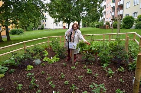 Ortsvorsteherin Erika Lotz-Halilovic freut sich über das neu angelegte Beet für die Richtsberger Anwohnerinnen und Anwohner.©Tina Eppler, Stadt Marburg
