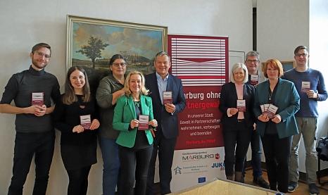 Die Projektgruppe Marburg ohne Partnergewalt zusammen mit dem Oberbürgermeister©Thomas Steinforth, Stadt Marburg