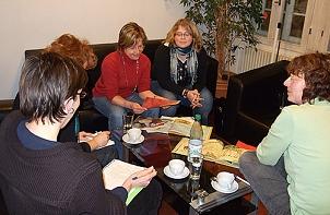 Pädagoginnen sitzen in einer Arbeitsgruppe zusammen und erarbeiten neue Konzepte mit Bilderbüchern