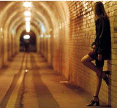 Eine Prostituierte steht an der Straße.©http://www.mv.rosalux.de