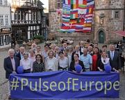 Vor dem mit den Flaggen der EU-Mitglieder geschmückten Rathaus setzten Oberbürgermeister Dr. Thomas Spies (rechts) und alle Teilnehmer und Teilnehmerinnen der Veranstaltung ein Zeichen für die europäische Einigung.
